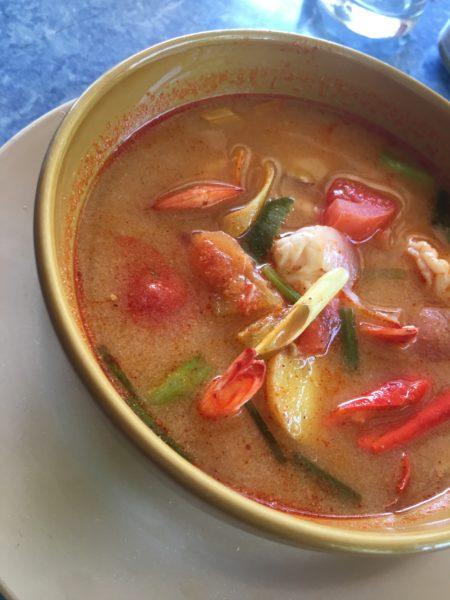 zuppa Tipica Thailandese a base di verdura peperoncino e gamberi